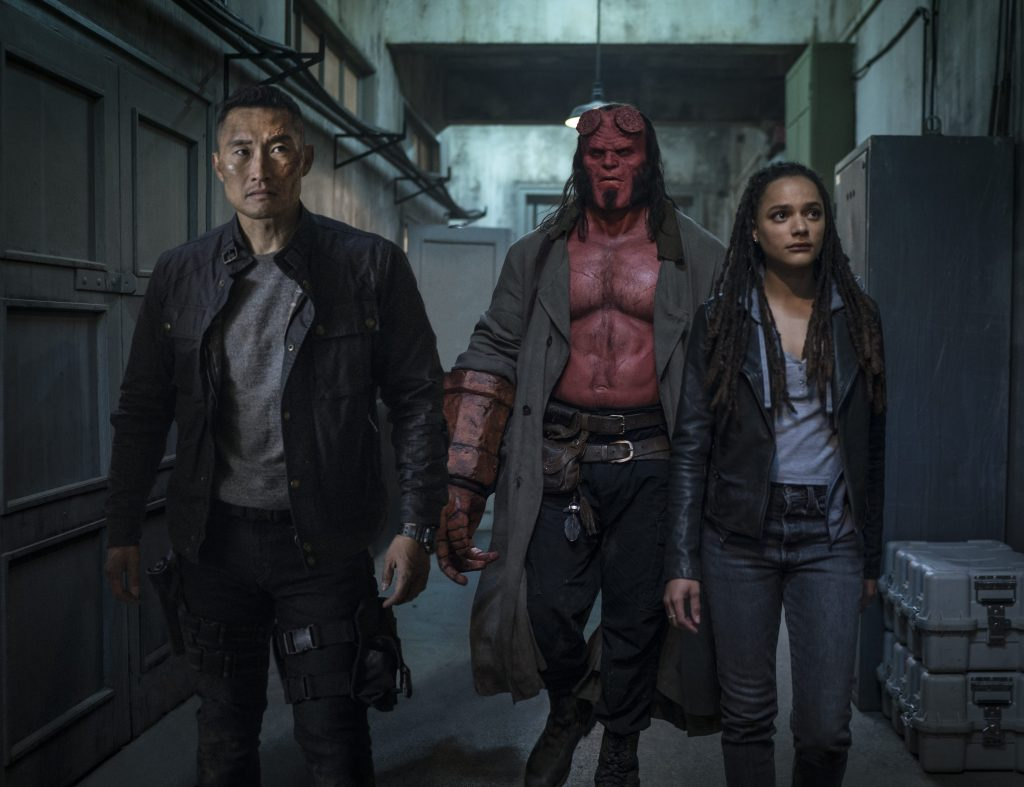 Hellboy insieme agli altri personaggi della pellicola.