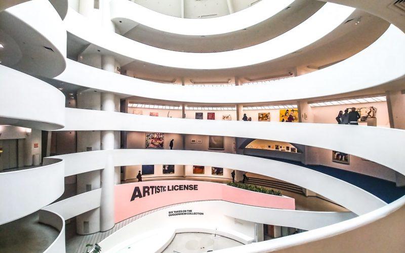 Il Guggenheim Museum di New York ha iniziato a regalare libri d'arte